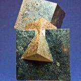 Pirita - Navajún (La Rioja) Tamaño:  10 x 9 cm. - Cristal 5,5 x 5,5 cm. (Autor: El Coleccionista)