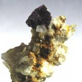 Fluorita sobre ortosa, cuarzo y albita. Cantera Carvalhal. Ras. Viseu. Portugal. Tamaño cristal 7x7 mm. (Autor: Jose Luis Otero)