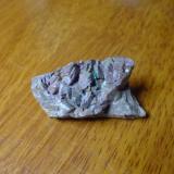 ankerita de las minas de hierro de Monterrey, Mexico. se puede apreciar unos cristales verdes presuntamente de siderita aunque no estoy seguro de que sea este mineral en realidad (Autor: manuel rodriguez garcia)
