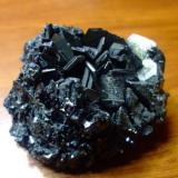 El mineral forma cristales hexagonales, tiene una dureza de 2 a 3 en mohos, deja una raya azul-gris. tiene fuerte brillo metalico y presenta irisaciones de todos los colores. que creen que sea ¿mineral o escoria? (Autor: manuel rodriguez garcia)