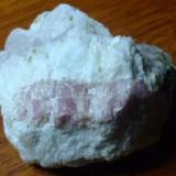 rubelita rosada con acroita alrededor (poco visible) pequeños cristales de verdelita alrededor del mineral. matriz de calcita. Brasil como posible origen (Autor: manuel rodriguez garcia)