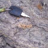 nodulo de ambar insitu,por debajo de llave. (Autor: PabloR)