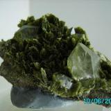 Cuarzo sobre Clinozoisita Albatera Hondon de los frailes Alicante año 1998 tamaño cristal grande de cuarzo 1,4cms. (Autor: Gelo)
