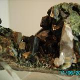 Epidota y Uralita Mina Milucha Burguillos del Cerro   Badajoz año 2000 cristal de epidota 1,4cms. (Autor: Gelo)