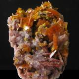 Wulfenita c/Baritina. Mina Rowley, Theba, D. Painted Rock, Maricopa Co., Arizona, EE.UU. Tamaño de la pieza: 6x4x2,5 cm, cristales hasta 1 cm, con Mimetita. Col. y foto Nacho Gaspar. (Autor: Nacho)