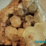 Calcita sobre florita La Cabaña  Berbes Asturias año 2001 cristal más grande 3,2cms. (Autor: Gelo)