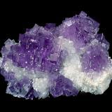 """En la cantera del """"Cueto II"""" , en la zona denominada como """"núcleo rocoso"""" y durante la década de los 80, aparecieron una serrie de excepcionales geodas con una característica común, los cristales de fluorita presentaban crecimientos en las caras y estaban implantados sobre pequeños cristales de cuarzo. Dimensiones 12 x 10 cm. Foto: J. R. García (Autor: JRG)"""