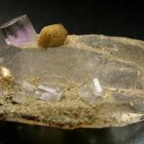 """Pequeño ejemplar de dimensiones 5,5 x 3 cm, pero con una bella composicion de apatito y siderita sobre un cristal de cuarzo biterminado transparente.También de las minas de """"Panasqueira"""" Foto: J. R. García (Autor: JRG)"""