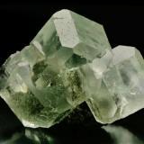 Fluorita, de delicada tonalidad verde, procedente de la zona minera de Xianghualing-Xianghuapu, en cuyos cristales   se observan claramente las formas {100} cubo y  {110} Rombododecaedro, característicos también de yacimientos asturianos tan significativos como los de la Collada, Arista del cubo 5 cm. Foto: J. R. García (Autor: JRG)