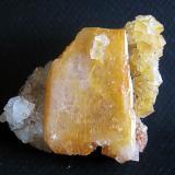 Grupo flotante de cuarzo de 7 cm con cristal completo de barita de 5 cm. Mina Nieves, Viérnoles, Cantabria. Año 2009 (Autor: usoz)