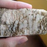 Placa de albitas sobre ortosa. Cristal mayor 30 mm. Vilagarcía de Arousa (Pontevedra) (Autor: usoz)