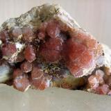 Pieza de cuarzo hematoideo (el óxido está por dentro, no por fuera). Cantera Cillarga 2668, O Confurco, Ponteareas. 8 cm. Año 2009 (Autor: usoz)