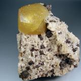 Calcita, Dolomita, Esfalerita. Picher Field, Oklahoma, Usa. 12x11 cm. Cristal de 4´5 cm. (Autor: geoalfon)