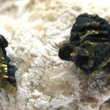 Calcopirita. Minas de Cala. Cala. Huelva. Tamaño de la pieza 6x4 cm. Cristales 10 y 8 mm. (Autor: Jose Luis Otero)