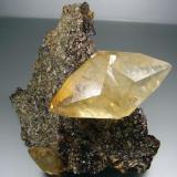 Calcita en Esfalerita. 11´5x11 cm. Cristal de 8 cm. Elmwood Mine, Usa (Autor: geoalfon)