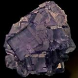 Fluorita cristal cúbico de 4,5 cm de arista. Mina Josefa-Veneros, nivel 75. La Collada. Foto: J. R. García (Autor: JRG)