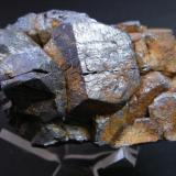 Magnetita. Burguillos del Cerro. Pieza de 8 x 6 cm. Cristal mayor: 3.5 cm. (Autor: Juan Cabezas)