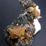 Martita (pseudomorfosis de Hematites en Magnetita) con limonita. Mina Nueva Vizcaya. Burguillos del Cerro. Pieza: 7 cm. Cristal mayor: 1.5 cm. (Autor: Juan Cabezas)