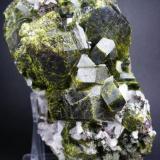 Epídota. Mina Aguablanca. Monesterio. Pieza: 10 x 10 cm. Cristal mayor: 4 cm. (Autor: Juan Cabezas)