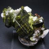 Epídota. Mina de Aguablanca. Monesterio. Pieza: 4 x 3 cm. Cristal mayor: 2.5 cm. (Autor: Juan Cabezas)