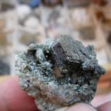 Clinocloro (miembro del grupo de las Cloritas). Mina La Herrería. Burguillos del Cerro. Pieza: 4 x 3 cm. Cristal mayor: 15 mm. (Autor: Juan Cabezas)