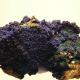 Azurita, minerales de manganeso y malaquita<br />Cueva de la Guerra Antigua, Concesión San Rafael, Villahermosa del Río, Castelló/Castellón, Comunitat Valenciana, España<br />9 x 6 x 6 cm.<br /> (Autor: Adrian Pesudo)