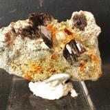 Axinita-(Fe)Concesión Acedo (Cantera Juanona), Juanona, Antequera, Comarca de Antequera, Málaga, Andalucía, EspañaPieza 5x4 cm.; cristales 1 cm. (Autor: Nieves)