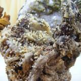 Calcedonias sobre barita con pichos calcedonias con limonita (Autor: pardominer)