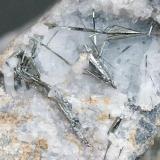 Antimonita (estibina) en CuarzoMina Escarlati, Puerto de las Señales, Maraña, Comarca Montaña Oriental, León, Castilla y León, EspañaÁrea foto 13 x 36 mm. (Autor: JACendon)