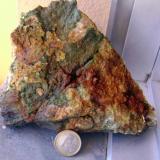 Gran placa de wavellita parcialmente teñida de óxidos. (Autor: usoz)