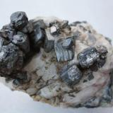 Hematites pseudomorfo de pirita, sobre cuarzo. (Pieza de 12x8 cm; cristal mayor: 1,5x1,5 cm). Oliva de la Frontera (Badajoz) (Autor: Inma)