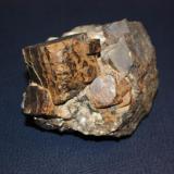 Hematites pseudomorfo de pirita, sobre cuarzo; otra vista del ejemplar anterior.. (Pieza de 11,5x9,5 cm; cristal mayor: 4x4,5 cm). Oliva de la Frontera (Badajoz) (Autor: Inma)