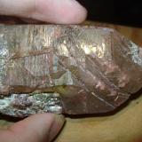 Cuarzo, medio hematoideo (óxido por dentro) e inclusiones de epidota, de la misma geoda. (Autor: usoz)
