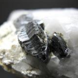 Casiterita sobre cuarzo - Cáceres - Cristales de 1,3 x 0,8 y 0,5 x 0,35 cm (Autor: Juan C. Agua)