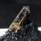 Cristal de cuarzo ahumado biterminado de 20 mm sobre chamosita. Cillarga, Ponteareas (Pontevedra) (Autor: usoz)