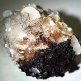 Magnesita sobre dolomita con recubrimiento de manganeso y micro cristales de malaquita. Cantera Azcárate (cantera Azkárate), Eugui, Esteríbar, Navarra, España. 9 cm. (Autor: canada)