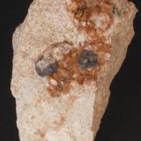 Ankerita, Esfalerita y Pirita - Mina Regia, Bellmunt del Priorat, El Priorat, Tarragona, Catalunya, España Medidas: 4,5x4,5x3 cms (Autor: Joan Martinez Bruguera)