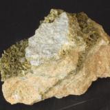 Clinozoisita - Cantera Los Serranos, Albatera, Alicante, Comunitat Valenciana, España Medidas: 6x4,5x2,5 cms (Autor: Joan Martinez Bruguera)