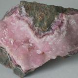Calcita cobaltifera - Mina Arhbar, Bou Azzer, Tazenakht, Marruecos Medidas: 6,5x4x2,7 cms (Autor: Joan Martinez Bruguera)