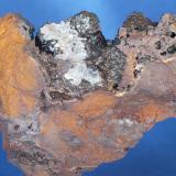 Goethita y Aragonito - Mines Can Palomeres, Malgrat de Mar, El Maresme, Barcelona, Catalunya, España Medidas: 4 x 3,5 x 1 cms (Autor: Joan Martinez Bruguera)