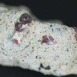 Granate Almandino en matriz - El Hoyazo, Nijar, Almeria, Andalucia, España Medidas: 5 x 3 x 2,5 cms (Autor: Joan Martinez Bruguera)