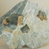 Pirita con matriz (otra vista de la pieza anterior) - Ampliación A. Victoria, Navajun, La Rioja, España Medidas: 8 x 6,5 x 4 cms (Autor: Joan Martinez Bruguera)