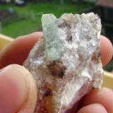 Berilo biterminado sobre cuarzo. Tui (Pontevedra). tamaño cristal 2 cm. 2011 (Autor: usoz)