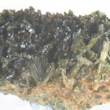 Epidota - Pantà de les Escales, Casterner de les Olles, Serra de Sant Gervàs, Tremp, Lleida, Catalunya Medidas: 7,5 x 4 x 3 cms (Autor: Joan Martinez Bruguera)