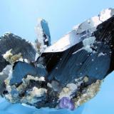 Ferberite, fluorite, quartz, arsenopyrite, calcite, muscovite Yaogangxian Mine, Yizhang, Chenzhou, Hunan, China 112 mm x 75 mm x 69 mm. Main ferberite crystal: 68 mm tall, 43 mm wide (Author: Carles Millan)