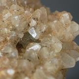 Calcita sobre Fluorita (detalle) Mines de Sant Marçal - Viladrau - Montseny - Osona - Girona - Catalunya - España Medidas: 7,5 x 5,5 x 5,5 cms (Autor: Joan Martinez Bruguera)