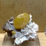 Wulfenita pseudomórfica de cerusita? Touissit, Oujda, Marruecos 5x5 cm.  Cristal 3 cm. (Autor: E. Llorens)