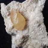 Calcita sobre dolomita Cantera de Candesa (Verdenueva) Camargo Cantabria. 7x7cm. Cristal de calcita 4 cm. (Autor: PabloR)