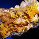 Wulfenita.  Moulouya lead district, Midelt, Mibladen, Khénifra Prov., Meknês-Tafilalet Reg., Marruecos.  8,7 x 5 cm., cristal mayor 0,6 cm. (Autor: Juan L)