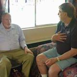 Adjunto una imagen de William Pinch en apacible conversación con John S. White en Tucson 2009 (Autor: Pinch Bill)